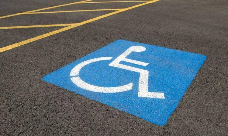 Водіїв штрафуватимуть за паркування на місцях людей з інвалідністю